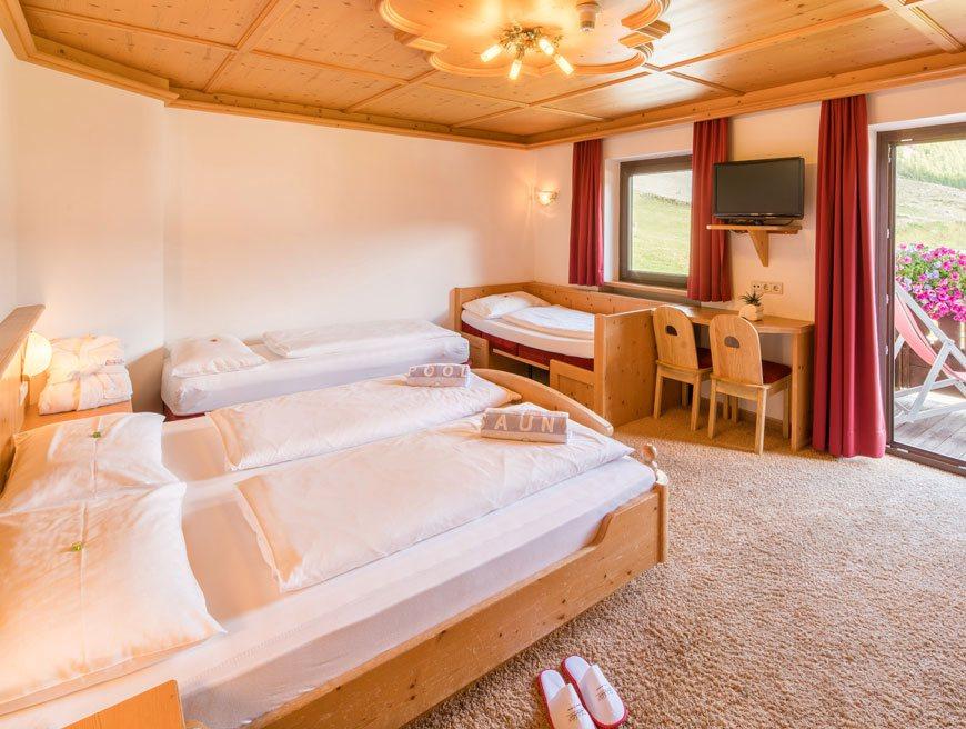Camera a tre letti con balcone piccolo hotel gurschler - Camera con tre letti ...